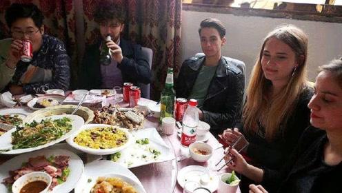 """巴铁兄弟在中国请朋友吃饭,不料遭到强行""""加单"""",付钱时疑惑了"""