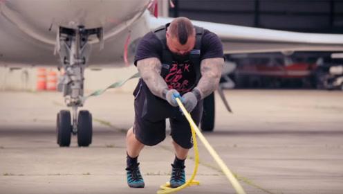 这个大力士太猛了!硬拉的时候喷鼻血,如今拉着20吨的飞机走!