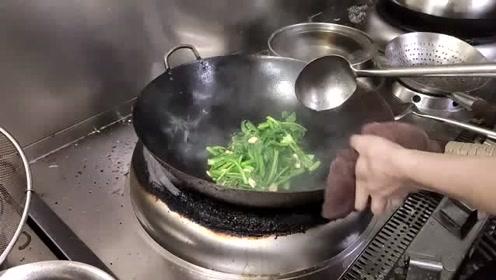 饭店的大厨就是牛,看他炒青菜真是一种享受,这手艺不一般呐