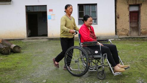 她突发疾病瘫痪,被丈夫无情抛弃,母亲接回女儿悉心照料8年