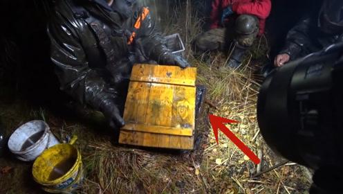 """探宝:沼泽地中收获一个""""神秘""""木箱,打开一看,炫酷极了!"""