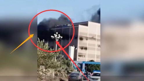 突发!福州一厂房发生火灾 现场浓烟滚滚