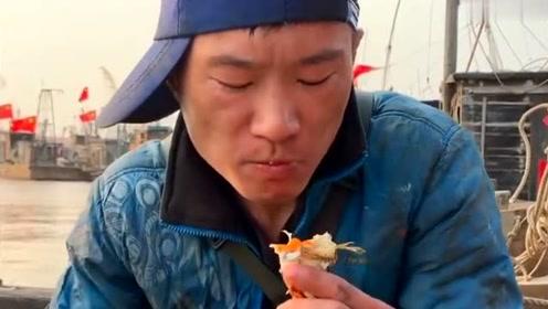 渔民大哥在船上吃梭子蟹,这些地方都不能吃,网友:看着挺肥的