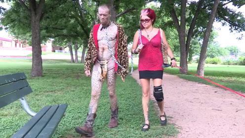 """男子追求个性时尚,将自己打扮成""""豹子"""",妻子牵着他出门!"""