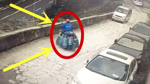 摩托车拉9个煤气罐,摔倒那一刻,小哥整个人都不好了!