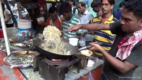 看看印度小伙怎么炒蛋炒面?厨艺真不咋地