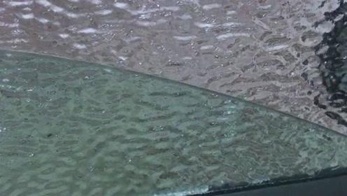 这是我们北方的天气,把车窗给摇下来都结冰了,真是好无语啊!