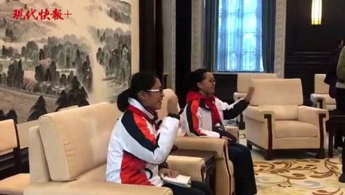 江苏省人大常委会机关首次举办公众开放日活动,53名学生模拟宪法宣誓