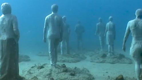 男子在水下潜水,发现竟然有人群聚集,吓的赶紧上岸