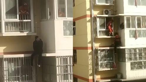 惊险!高三男孩坐上阳台欲轻生,消防员翻窗救人