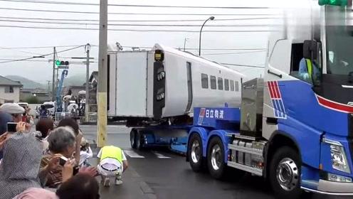 原来高铁车厢在工厂建好后,是这样运输的,解开了我多年的疑惑!