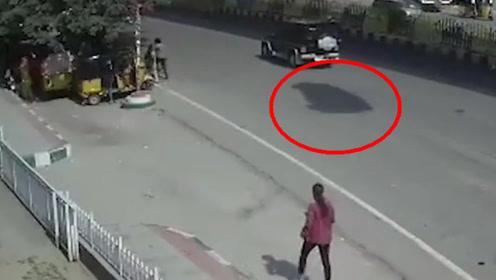 小车超速失控冲下高架桥,砸向等公交的人群,拍下可怕画面