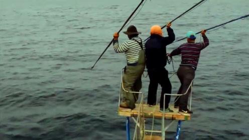 原始的海上捕鱼方式,渔民随时有落海的危险,看到鱼获一切都值了