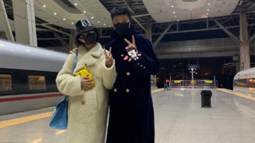 范冰冰坐高铁返京获老爸接风 二人开心比V心情好