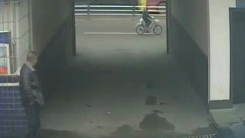 盗窃嫌疑人骑车路过警队门口 恰遇刑警出门透气被一眼认出