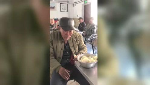 今天养老院包饺子,却把大爷吃哭了!