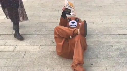 小熊你这是在工作吗,怎么还躺在了地上,你这工作状态不是很好啊!