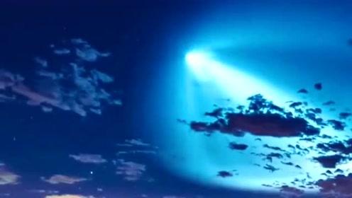 这就是彗星滑落星空的画面,简直太漂亮了!赶紧许愿!