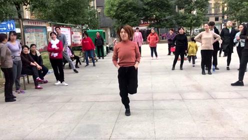 阿姨第一天学跳鬼步舞,舞步跳得很标准,你们觉得呢?