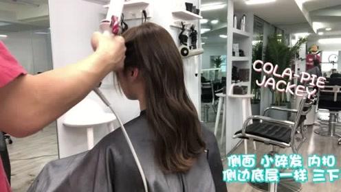 发型师帮女生染今年冬季流行温柔发色,搭配好看的长发微卷,尽显温柔气质