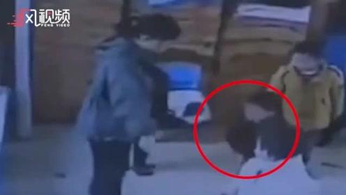 2名幼儿不参加活动被保育员脚踢下体 当地教育局回应:责令辞退