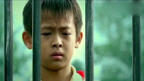 """难怪小男孩的眼神如此迷离,因为笼子里关着的,是他的挚爱""""大鳄鱼""""!"""