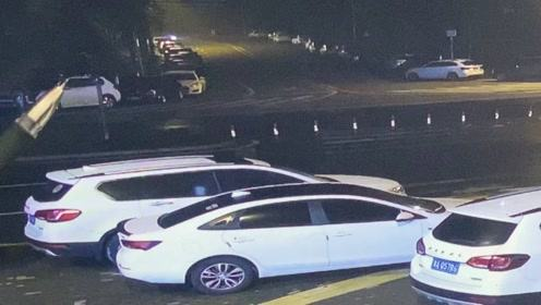 猖狂!机车男深夜连砸18辆车行窃,被抓时吓瘫了