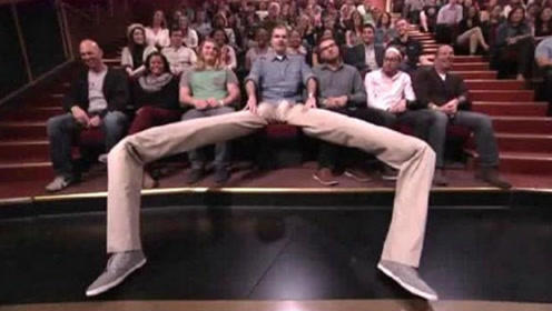 全球腿最长的男人,2米长的长腿绰绰有余,日常生活令人难以想象