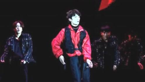 易烊千玺梳卷发红黑配造型霸气十足 现场秀酷炫舞技超嗨