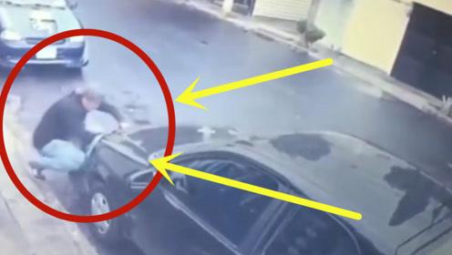 可耻!下雨天小伙蹲在豪车旁,下一秒令人气愤不已!