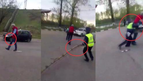 坚持不开枪!俄罗斯一男子持刀挑衅警察 警察持树枝将其掀翻在地
