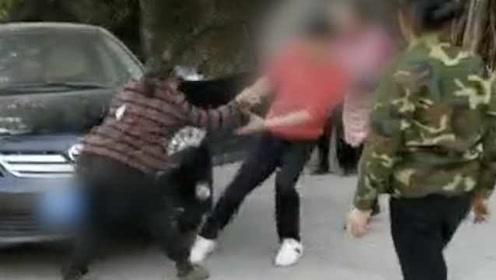 警方通报母亲拦儿子车遭殴打:双方家庭矛盾,要求警方不介入