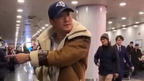 吴京斥机场跟拍者 多次发飙怒斥拍摄者:把孩子撞了怎么办?
