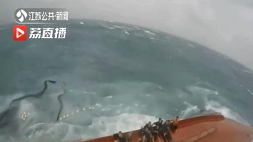 东海:清晨渔船翻扣 东海救助局救回13名遇险船员