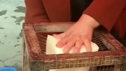 农村大妈自制一套切豆腐神器,切出来的豆腐整齐漂亮,不伤手还好用!