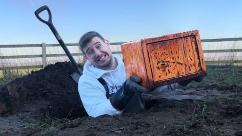 男子在地下挖出一个箱子,以为有大收获,岂料结局很好看