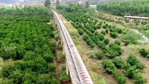 开始觉得是火车铁路,靠近后才发现不是,有谁知道这个建筑吗?