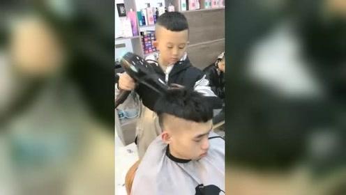 6岁小男孩厉害了,帮小伙剪了一个时尚又帅气的发型