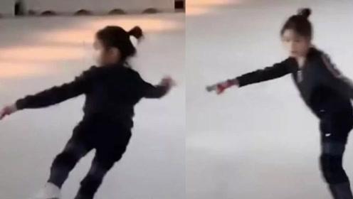 偶遇李小鹏夫妇带女儿滑冰,网友:这腿,随妈了