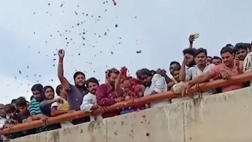 印度四强奸犯指认现场时逃跑被当场击毙 民众撒花致敬警察