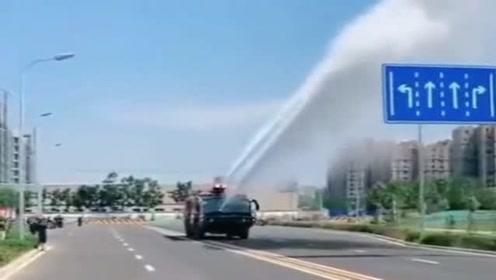 喷水机威力真大,比洒水车强多了,就是看着有点费水!