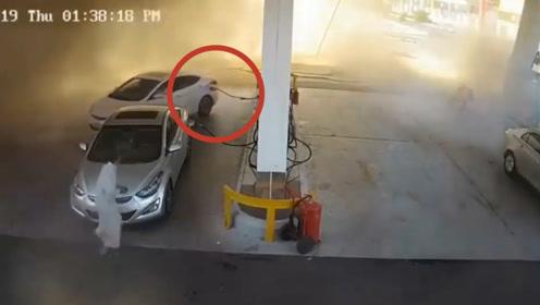路面被掀翻,火焰直冲数米高!监控录下加油站爆炸瞬间