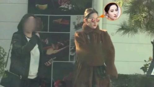 刘亦菲皮草加身和妈妈相约聚餐,刘妈的颜值成讨论焦点