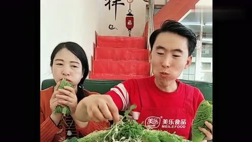 东北娘俩天天吃大饭包,土豆好到起沙,网友:小园菜就是香!