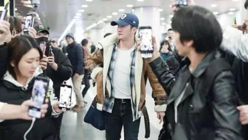 吴京机场现身,穿麂皮外套配牛仔,对粉丝也是掏心窝子净说大实话