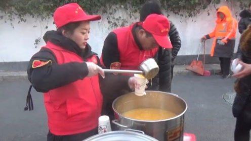 冬日暖心事!郑州街头爱心粥棚开张,路过市民都能免费喝杯热粥