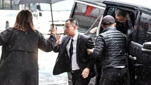 心虚?浙江卫视代表混粉丝群偷偷吊唁高以翔,逗留几分钟后离开未发一言