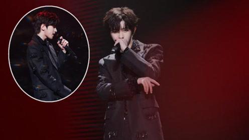 蔡徐坤演唱新歌重生 甩麦架的动作超酷帅