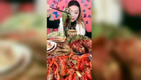 吃货小姐姐直播吃火鸡面配辣椒,这样吃起来味道太重了