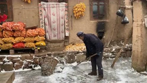 在院子里清理积雪的老人,像是在演一场慢电影,耐人寻味!
